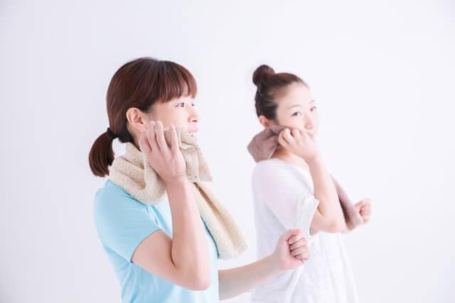 汗をふく女性たち